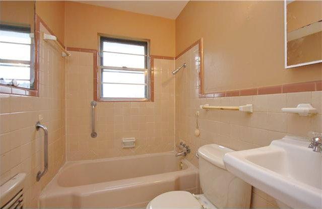 Peach bathrooms aka pink bathroom s cousin lost in austin for Peach tile bathroom ideas